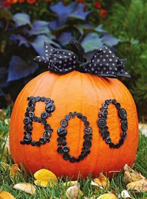 Calabaza de Halloween decorada con botones